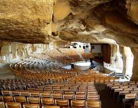 Nhà thờ hang đá lớn nhất Trung Đông